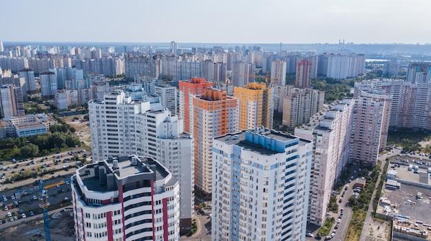 Um tiro de ângulo baixo de um novo apartamento alto e colorido contra o céu.