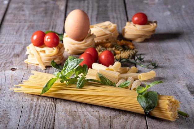 Um tiro do close up de ingredientes alimentares italianos