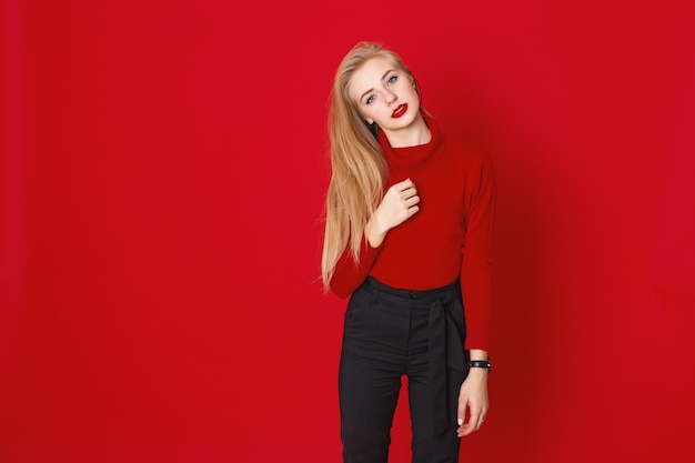Um, tiro estúdio, de, longhair, blone, menina, desgonha, casual, vermelho, t-shirt