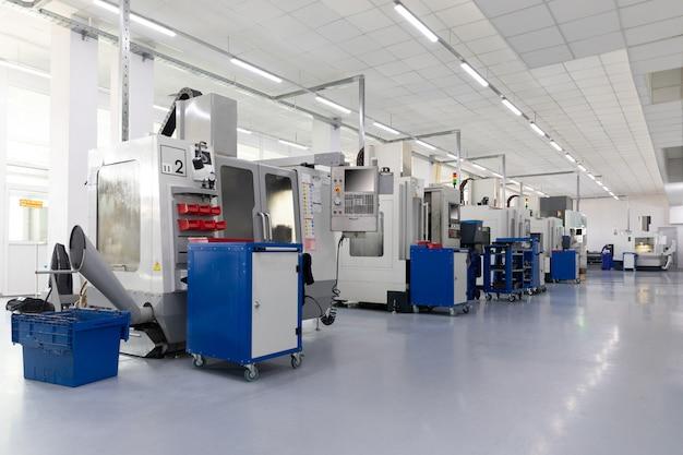 Um tiro interior da linha de produção de peças de metal na planta moderna