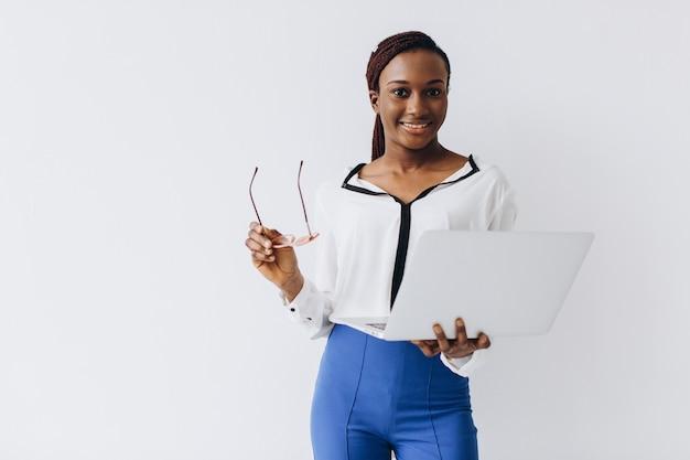 Um tiro isolado de uma empresária preta segurando um laptop