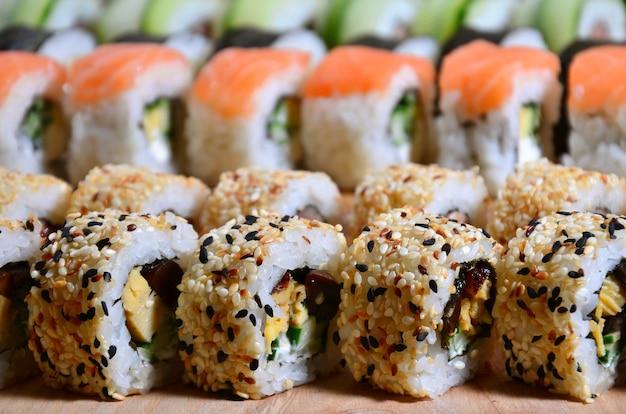 Um tiro macro de um conjunto de sushi de muitos rolos