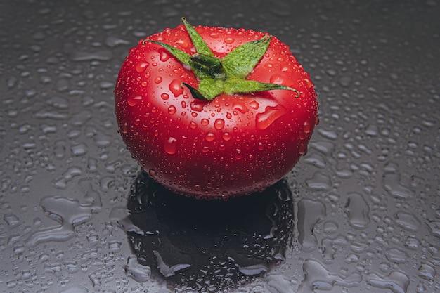 Um tomate com gotas de água