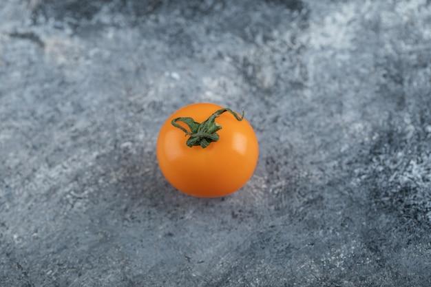 Um tomate fresco orgânico amarelo. foto de alta qualidade