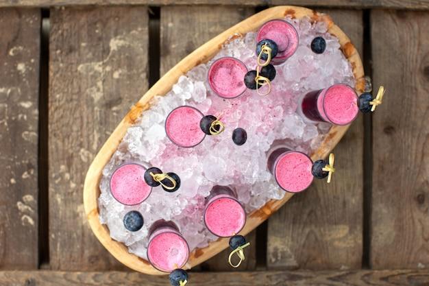 Um top close-up vista bebidas frescas cocktails na superfície rústica de madeira