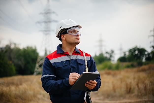 Um trabalhador de energia inspeciona linhas de energia. energia.