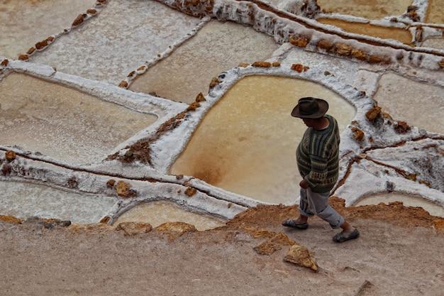 Um trabalhador local das minas de sal de maras