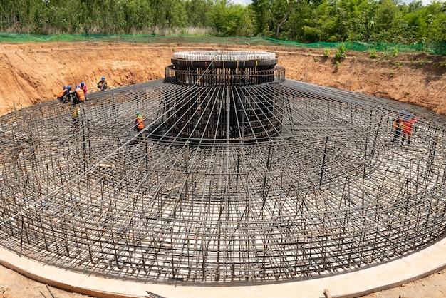 Um trabalho de fundação de barras de aço reforçado