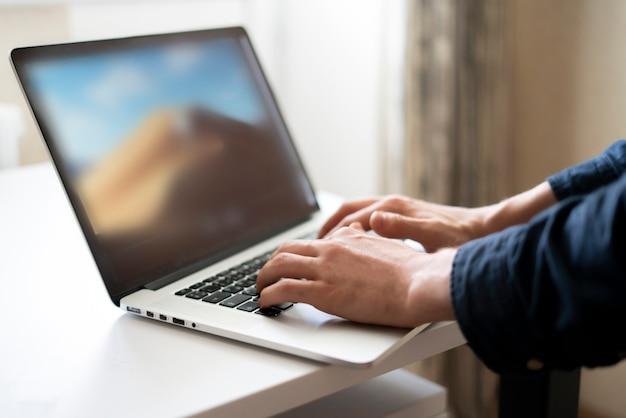 Um trabalho remoto em casa, digitando em um laptop e trabalhando em equipe