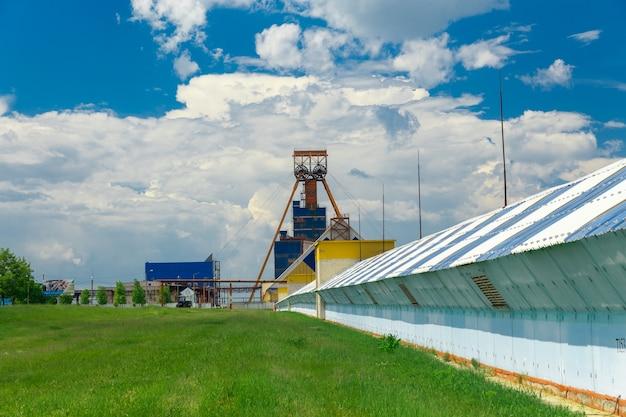 Um transportador com uma extensão de vários quilômetros para transportar minério de potássio para uma planta de processamento