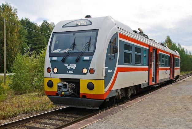 Um trem local na finlândia