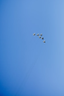 Um, triangular, formação, de, um, grupo, de, seis, russo, militar, jato lutador, aviões, voando alto, em, céu azul