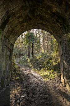 Um túnel na costa entre deba e zumaia. país basco