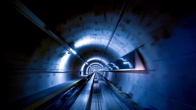 Um túnel para trens no aeroporto de zurique, velocidade e conceito de tecnologia