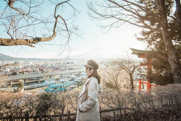 Um turista de mulher bonita no japão