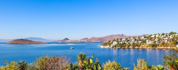 Um turista fotografa uma bela vista da bela baía com águas azuis calmas. descanse e relaxe na costa do mar