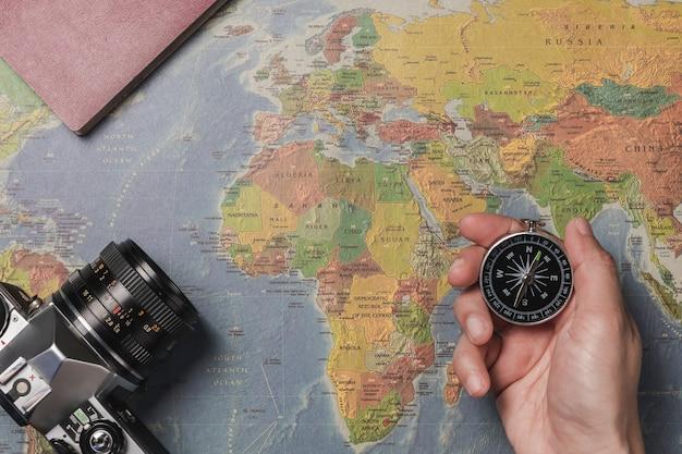 Um turista segurando uma bússola, planejando suas férias.