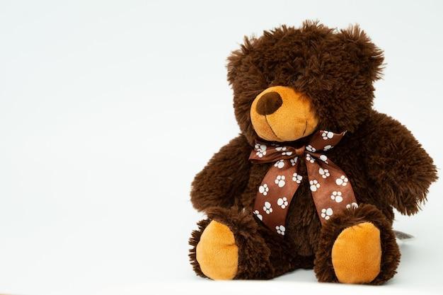 Um ursinho de pelúcia marrom isolado