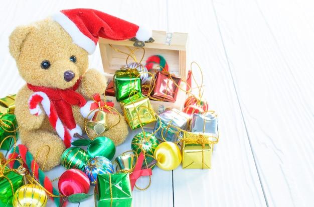 Um urso tem um monte de giftbox