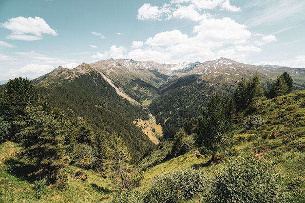 Um vale íngreme entre dois picos