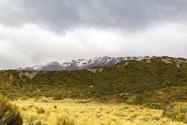 Um vale pitoresco nos alpes do sul faça uma caminhada até a ilha do sul do lago hooker, na nova zelândia