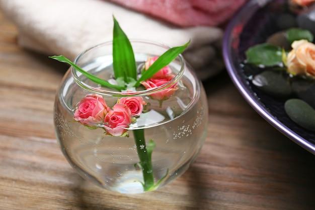 Um vaso com flores em madeira, no salão spa