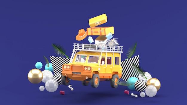 Um veículo off-road laranja com bagagem e bolas coloridas no roxo. renderização em 3d.