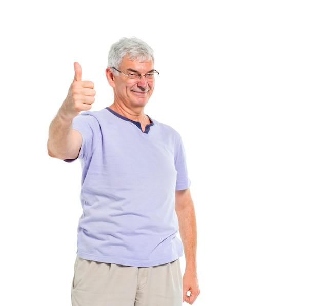 Um velho alegre casual dando um polegar para cima