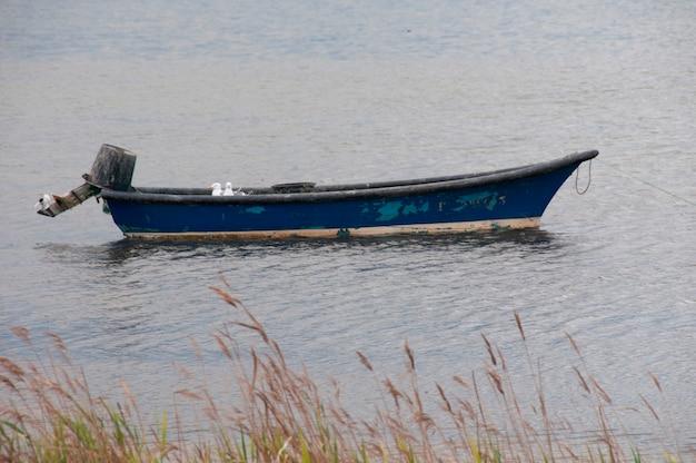 Um velho barco em um rio