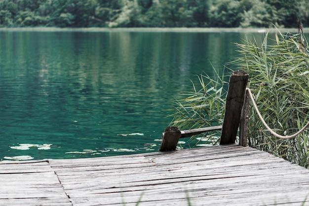 Um velho cais na frente do belo lago
