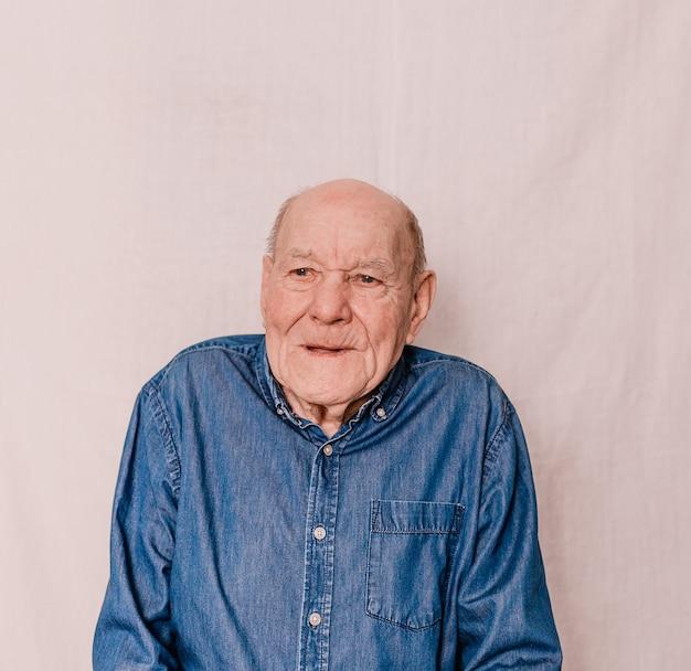 Um velho com rugas profundas. camisa jeans. pessoas idosas