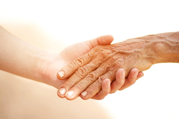 Um velho e uma criança de mãos dadas