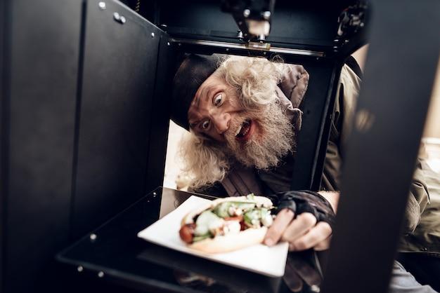 Um velho fez um sanduíche usando uma impressora 3d.