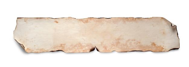 Um velho pergaminho de papel amassado. copie o espaço. isolado no branco.