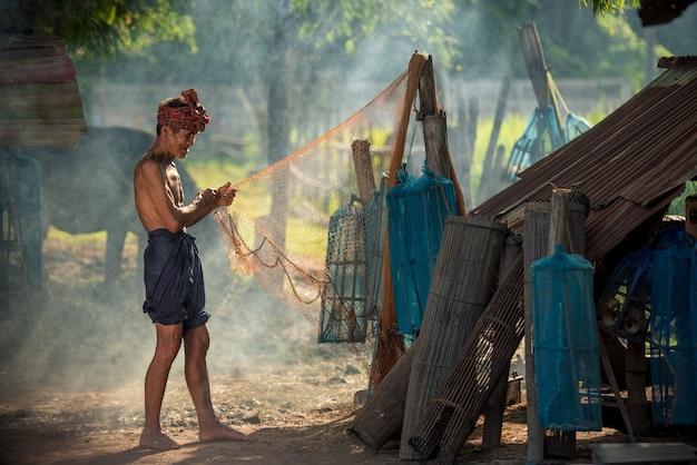 Um velho pescador na zona rural da tailândia