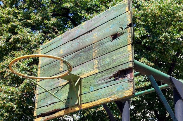 Um velho ringue de basquete no quintal