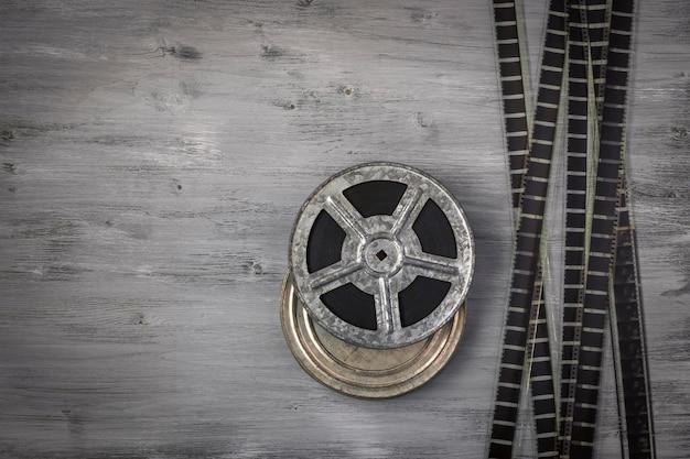 Um velho rolo de filme sobre uma mesa de madeira