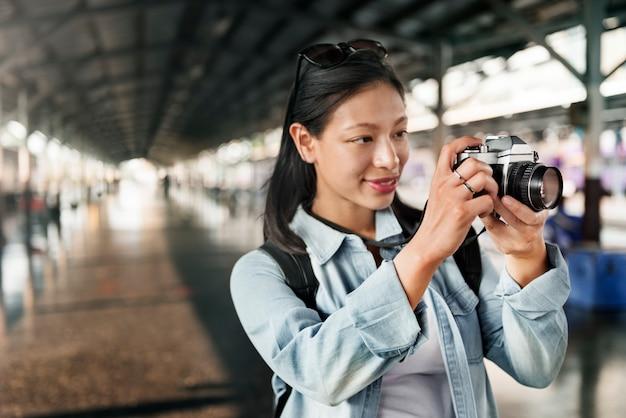 Um viajante asiático usando uma câmera