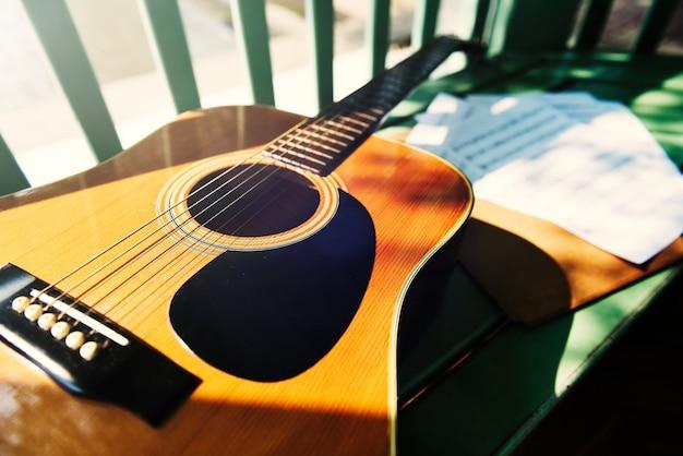 Um violão acústico