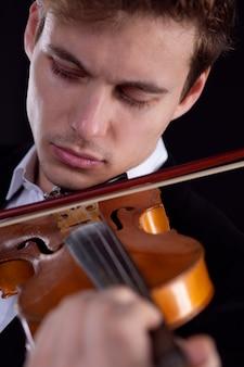 Um violinista triste toca violino