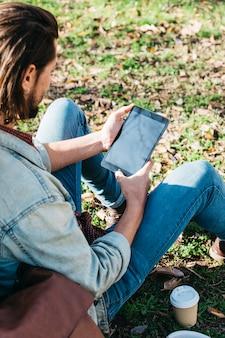Um, visão aérea, de, assento homem, parque, usando, telefone móvel