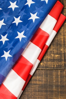 Um, visão aérea, de, dobrado, bandeira americana, ligado, tabela madeira