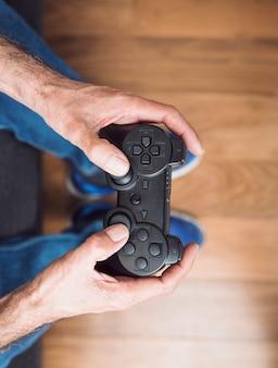 Um, visão aérea, de, homem sênior, mão segura, videogame jogo console