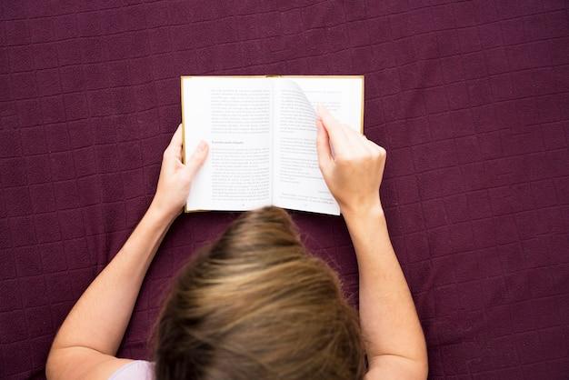 Um, visão aérea, de, leitura mulher, livro, cama