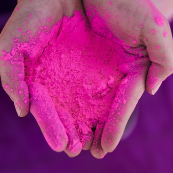 Um, visão aérea, de, mão humana, segurando, cor holi rosa