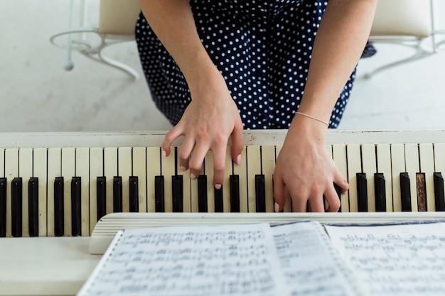 Um, visão geral, de, mão mulher, piano jogo