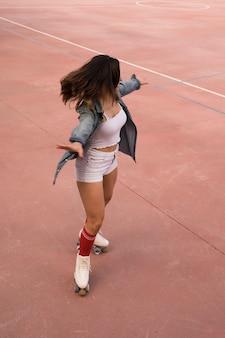 Um, vista aérea, de, femininas, patinador, balançando, ligado, corte