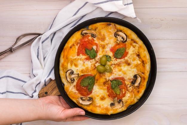 Um, vista elevada, de, passe segurar, pizza caseira, sobre, escrivaninha madeira