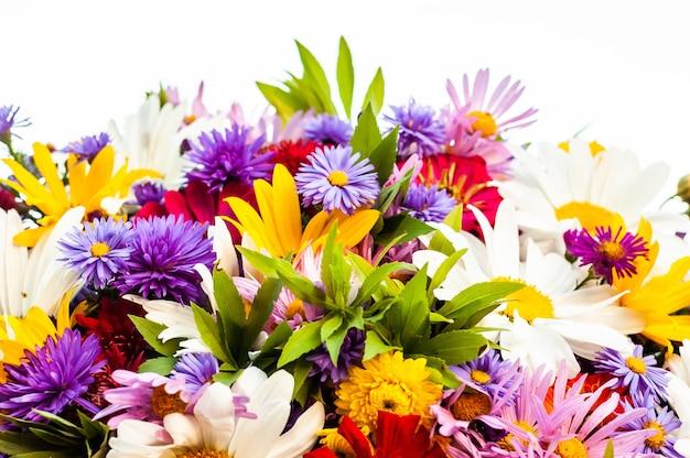 Uma abundância de diversas belas flores desabrochando em um buquê de verão.