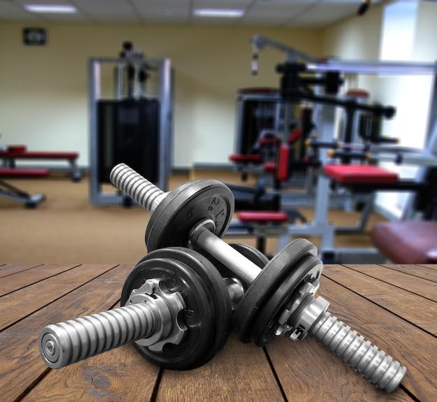 Uma academia pesos e equipamentos fixos